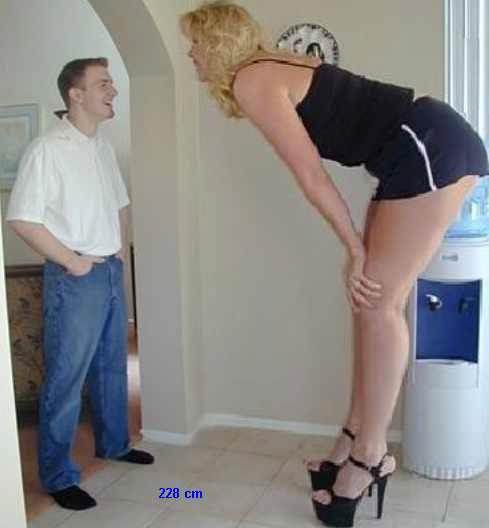 dünyanın en uzun boylu kadını. adam resmen onun yarısııı yaaaaa