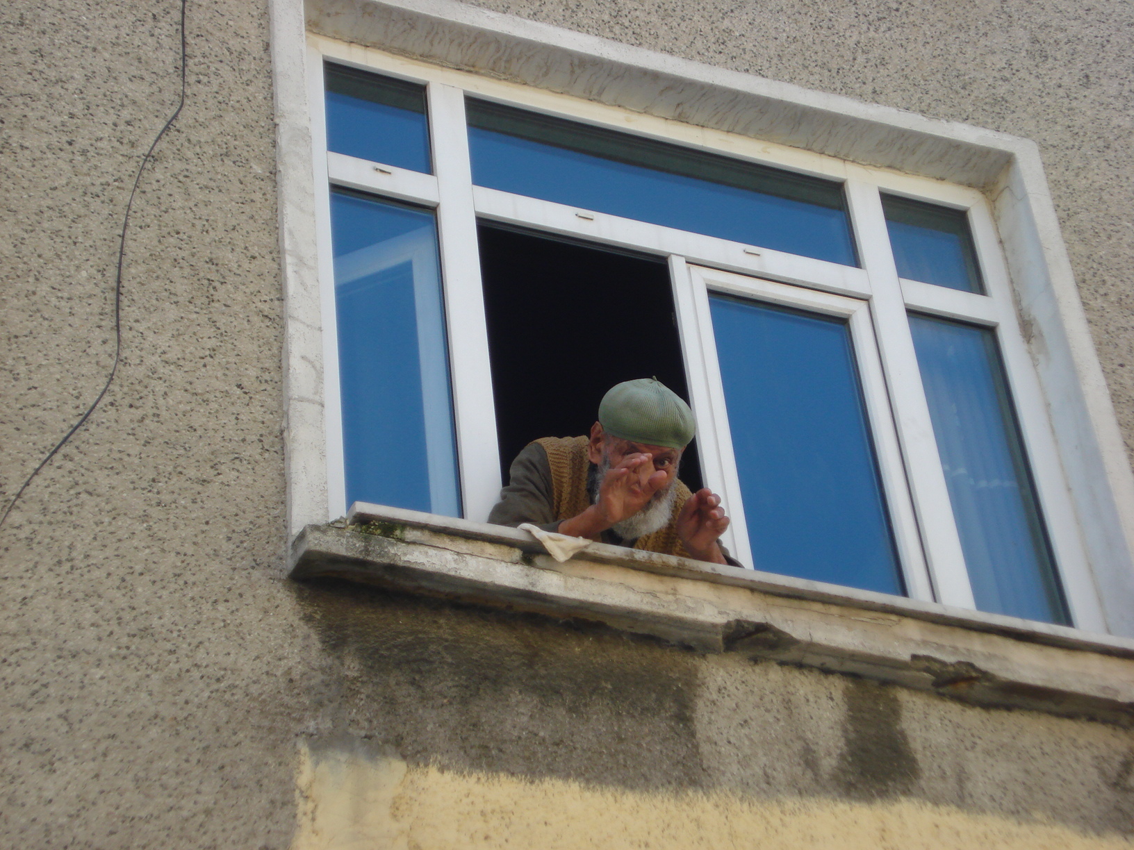 Pencereden uzanan bir çift el...