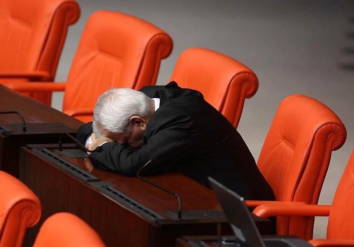 tabii millet uyuduktan sonra sectigi adam hayli hayli uyur