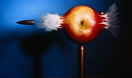 İlk yüksek hız fotoğrafı. Profesör Harold Edgerton, elmayı delip geçen kurşunu fotoğraflamayı başardı.
